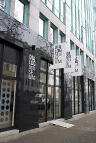 """Welchen Zugang der Besucher auch immer bevorzugt: Die Rolle des bloßen Betrachters ist im """"Dialogmuseum"""" in Frankfurt/Main nicht vorgesehen. Sinne schärfen, Rollen tauschen, neue Perspektiven ein-nehmen – in der Ausstellung muss man sich aktiv einlassen a"""