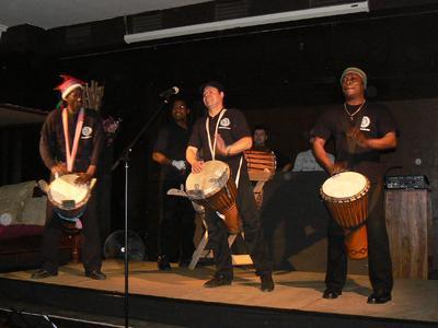 ... wurde bei heißen afrikanischen Rhythmen ...