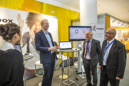 PM Forum 2017 - GPM Präsident Prof. Dr.-Ing. Helmut Klausing am InLoox Stand mit Dr. Andreas Tremel, (c) Peter Hahn