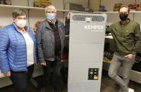 Heute übergab KEMPER den mobilen Luftreiniger für die Vredener Tafel, die am 1. März ihren Betrieb wiederaufnimmt (v.l.n.r.: Gabriele Waning und Karl-Heinz Harpering, Vorsitzende der Vredener Tafel, Björn Kemper, Vorsitzender der Geschäftsführung der KEMPER GmbH).