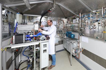 Pressebild_FraunhoferIISB_Wasserstoffpruefstand_30x20cm-300dpi