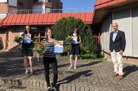 Leonie Fischer (2.v.l.), Annika Baumann (l.) und Laura Baumann (2.v.r.) wurden von Studienleiter Thomas J. Weber (r.) als Jahrgangsbeste ausgezeichnet