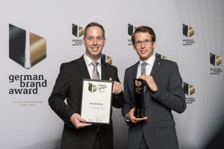 Marc Götte (li.), verantwortlich für die weltweite Markenführung, und Carsten Nagel (re.), Manager externe Kommunikation, nahmen in Berlin dankend den German Brand Award entgegen