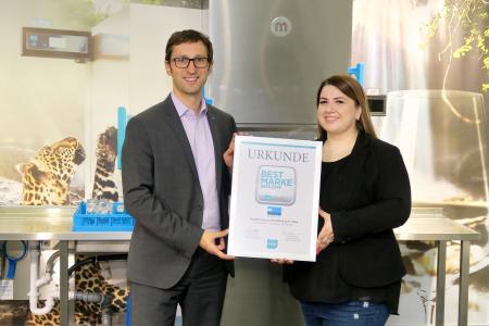 BU 1: Michael Mayer, Leiter Vertrieb und Marketing der MEIKO Germany GmbH, nimmt die Auszeichnung von Frau Josipa Buric entgegen.
