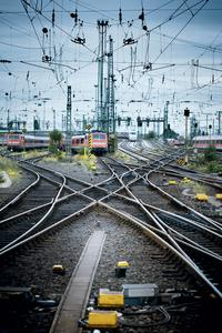 Sichere Steuerungstechnik von Pilz wird weltweit für die Sicherheit im Personen- und Gütertransport eingesetzt, zum Beispiel an Bahnübergängen, im Rangierwerk oder bei der Gebäudetechnik in Bahnhöfen. Pilz ist Mitglied im Verband Deutsche Bahnindustrie e.V. (VDB).