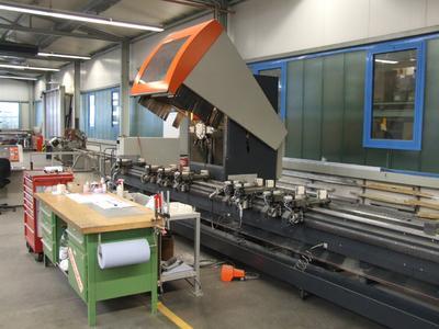 Am 3-Achs-Zentrum SBZ 130 werden auch Stahlprofile bearbeitet