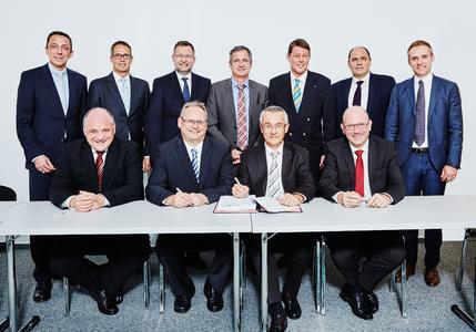 Sitzend (zur Vertragsunterzeichnung): Thomas Engelhard (SWP), Wolf-Kersten Meyer (SWP), Dr. Nikolaus Scheierle (EnBW), Dr. Martin Konermann (EnBW); Dahinter (stehend): Steffen Ringwald (EnBW), Dr. Gerhard Holtmeier (Thüga AG), OB Gert Hager (Stadt Pforzheim), Dr. Frank Mastiaux (EnBW), EBM Roger Heidt (Stadt Pforzheim), Bernd Hagenbuch (GF Netze Pforzheim-Region), Kristof Herga (GF Netze Pforzheim-Region)