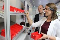 Das Mittelstand 4.0-Mobil tourt mit verschiedenen Technologien zum Ausprobieren durch ganz Bayern. Im Bild zu sehen: Eine Datenbrille blendet Informationen zum Kommissionieren ins Sichtfeld ein, der Handscanner gibt ein Feedback über entnommene Teile ans ERP-System / Bild: Fraunhofer IGCV