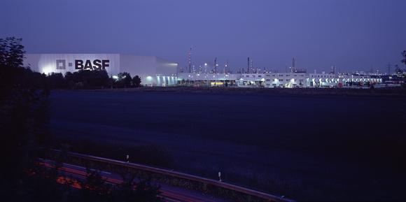 Bei BASF in Ludwigshafen kümmern sich Dematic-Mitarbeiter 24 Stunden täglich um die Logistikanlagen
