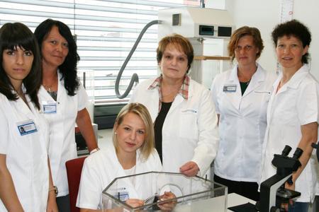 Gertrud Kenngott steht Alexandra Hlawatsch, der neuen Leiterin der Daunenund Federnprüfstelle der Hohenstein Institute und ihrem Team auch aus dem Ruhestand noch als Beraterin zur Seite, ©Hohenstein