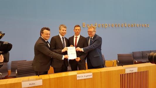 Auf beigefügten Foto sehen Sie von links nach rechts: Stefan Kühn (DB Netz), Staatssekretär Steffen Bilger (Bundesverkehrsministerium als Schirmherr), Prof. Dr. Dirk Engelhardt (BGL) und Dirk Flege (Allianz pro Schiene) / Quelle: BGL e.V.