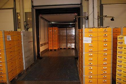 Die transportbezogenen Paletten können schnell und  direkt auf einen LKW verladen werden.