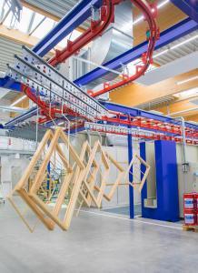 Die neuen 3in1-Produkte beschleunigen den Verarbeitungsprozess bei der Holzbeschichtung maßhaltiger Holzbauteile erheblich / Bildquelle: Remmers, Löningen