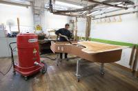 Die in Hamburg gefertigten Steinway-Flügel bestehen aus bis zu 12.000 Einzeltei-len. An zahlreichen Arbeitsplätzen der Manufaktur sind Ruwac-Sauger im Einsatz.