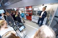 Im Ausstellungsfahrzeug lernen Schülerinnen und Schüler die Fertigung der Zukunft kennen, bei der Produkt, Maschine und Mensch voll vernetzt miteinander interagieren. Das intelligente Produkt kennt dabei seine Auftrags- und Fertigungsdaten und bestimmt seinen Weg durch die Produktion selbst