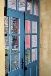 Das Gästehaus ist komplett im Vintage-Stil eingerichtet. Die Eingangstür präsentiert sich von außen weinrot, von innen blau gestrichen. Foto: Achim Zielke