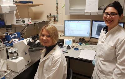 Dr. Isabell Weber und Joy Thompson von der AG Franze mit dem JPK NanoWizard®-AFM System