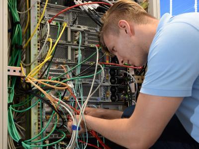 Arbeiten im Serverraum der LIS AG – hier kommt das Unternehmen aktuell an Kapazitätsgrenzen, weshalb das Rechenzentrum jetzt ausgebaut wird (Foto: LIS)