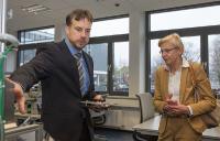 Prof. Imiela erklärt Staatssekretärin Dr. Johannsen die Details der Industrie 4.0 Modellfabrik [HsH/Schneeweiß]