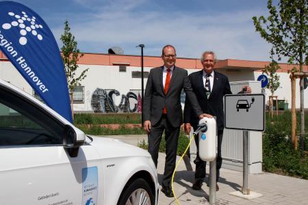 (v. l.) Verkehrsdezernent Ulf-Birger Franz und Ulrich Troschke, stellvertretender Bürgermeister der Stadt Wunstorf, präsentieren die neue Ladestation für Elektroautos