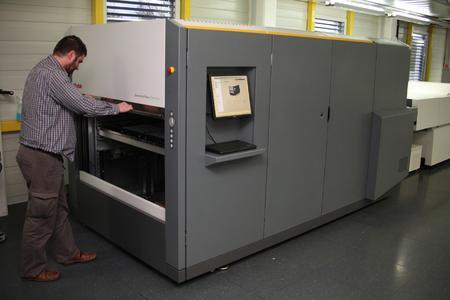 Eines von zwei KODAK GENERATION NEWS Systeme, die bei der SOPAG Druckplatten im Format 316 x 490 mm und Panoramaplatten im Format 490 x 632 mm bebildern