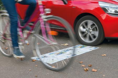 Etwas mehr als zwei aufgeschlagene Zeitungen sollte der Abstand zwischen PKW und Fahrrad beim Überholen sein (Foto: Alexander Kuffner)
