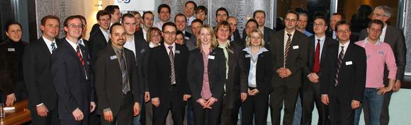 Die Wirtschaftsjunioren stehen buchstäblich hinter ihrer Vorsitzenden 2011 Katherina Voss. (1. Reihe, vierte von links)., Bild: Georg Schubert