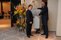: Looking back with pride on 30 years of HARTING Japan: Chairman of the Board Philip Harting (right) and Managing Director Kenji Nogata
