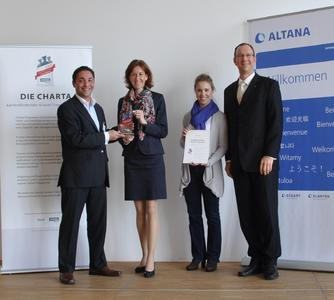 from left: Luis Mietzner (Absolventa GmbH), Andrea Pfister (Corporate Human Resources ALTANA), Dr. Stephanie Arzt (Corporate Innovation ALTANA and a graduate of the CDDPI) and Dr. Georg F.L. Wießmeier (CTO ALTANA) at the award presentation at the head office of ALTANA AG in Wesel.