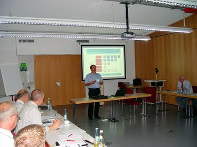Dr. Martin Sellen, Entwicklungsleiter von Micro-Epsilon aus Ortenburg, bei seinem dynamischen Vortrag über die nicht-technischen Einflussfaktoren auf den Erfolg von Entwicklungsprojekten.