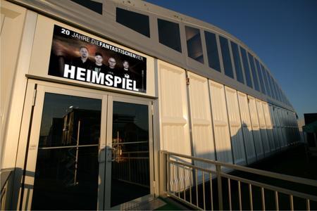 Das exklusive Losberger VIP-Zelt Arcum mit Rundbogendach steht mit einer Fläche von rund 2.000 qm in unmittelbarer Nähe der VIP-Sitzplätze.