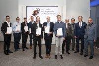 """""""Die Vorstände der Heinrich-Blanc-Stiftung Manuel Blanc (1. v. r.) und Frank Straub (4. v. r.), Stiftungsrat Marc Stoffel (3. v. r.) und Dr. Johannes Haupt (2. v. r.), CEO der Blanc und Fischer Familienholding, mit den HKA-Preisträgern: Jakob Müller (1. v. l.), Marcel Kehler (2. v. l.), Thomas Bartmann (6. v. l.) und Raphael Huss (7. v. l.)"""", Foto: Blanco"""