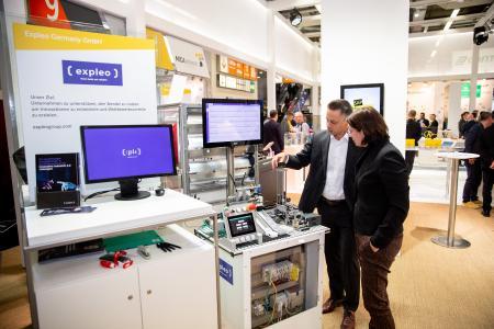 Expleos Industrie-4.0-Showcase demonstrierte am HARTING-Stand auf der SPS 2019, wie Produktionsdaten durch den Edge-Computer MICA® gesammelt und in der SmartANIMO-Applikation ausgewertet werden