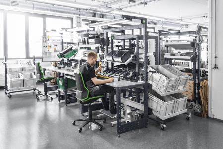 Das modulare avero Arbeitsplatzsystem bei der Firma Saier
