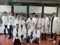 Die Schülerinnen und Schüler des Chemie-Leistungskurses der Jahrgangsstufe 12 freuen sich über die Unterstützung durch den Fonds der chemischen Industrie.