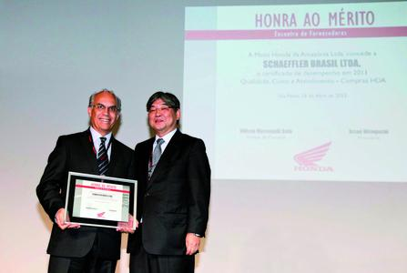 """Antonio Marcondes de Almeida Filho, Senior Vice President Sales and R&D Indus-trial – South America at Schaeffler Brasil (left), took over the """"Moto Honda Certificate of Merit"""" by Paulo Takeuchi, Director Institutional Relations Honda South America, during the award ceremony on April 26, 2012 in Saõ Paulo"""