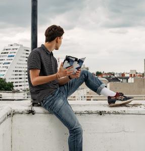 Mann mit Tablet Hülle von caseable