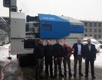 Prof. Dr. Lothar Kallien (zweiter v. r.), Dr. Frank Goodwin von der Zink Association (r.) und die Mitarbeiter des Gießereilabors freuen sich über die neu angelieferte Zink-Druckgießmaschine ( Foto: Hochschule Aalen / Prof. Dr. Lothar Kallien)