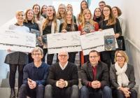 Für den von KHS in Zusammenarbeit mit der Münster School of Design (MSD) der FH Münster ausgerufenen Designwettbewerb erarbeiteten über 20 Studierende aus den Schwerpunkten Produkt- und Kommunikationsdesign im vergangenen Sommersemester innovative Ideen für PET-Flaschendesigns