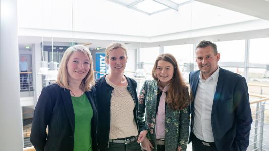 (von links:) Judith Mühr, Marketing UNITY, Judith Pohlmeier, Personalleiterin UNITY, Hella Meise, Stipendiatin, und Dr.-Ing. Frank Thielemann, Vorstand bei UNITY