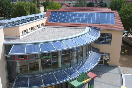 Referenzobjekt: Kindertagesstätte in Pirna mit 14,5 kWp Fassaden- und Dachintegration