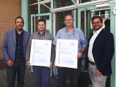 Christopher Baldauf (2. v. l.) und Marcus De Vries (2. v. r.) legten erfolgreich die Prüfung zur Fachkraft Kunststoffverarbeitung bei den SKZ-Dozenten Jan Wiedemann (l.) und Markus Hoffmann (r.) ab