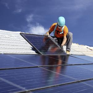 Weidmüller VARITECTOR PU PV: Photovoltaik-Anlagen sind an exponierter Stelle installiert. Um eine maximale Systemverfügbarkeit zu gewährleisten, sind die Anlagen mit entsprechender Schutztechnologie auszustatten