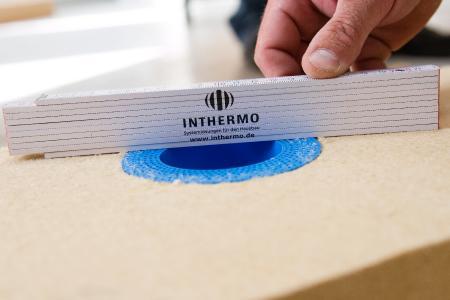 Die blaue Außensteckdose Eldoline wird flächenbündig ins INTHERMO Holzfaser-WDVS integriert und ermöglicht dort die sichere Versorgung von Stromabnehmern rund ums Haus / Foto: INTHERMO, Ober-Ramstadt; www.inthermo.de