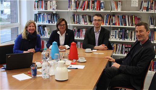 von links nach rechts: Birgit Averbeck (Fakultät Elektrotechnik und Informatik), Susanne Grobien, René M. Mittelstädt (beide CDU-Fraktion) und Dekan Prof. Dr. Helmut Eirund