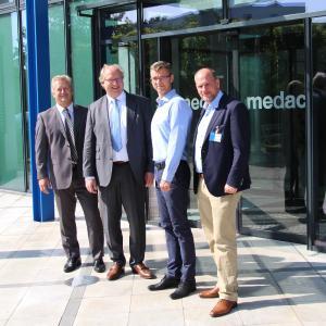 v.l.n.r.: Heiner Will, medac; Jörg Hans, medac; Sergej Krämer, medac, Niclas Herbst, MdEP