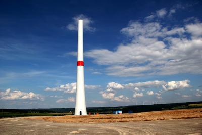 Der Betonteil des Hybridturms einer Anlage des Windparks Bayerischer Odenwald von Green City Energy