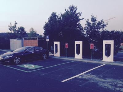 Tesla Supercharger an der Autobahnraststätte