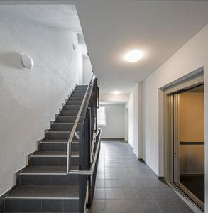 Kompakt und zweckmäßig wie in der äußeren Form zeigt sich das Wohnhaus auch im Bereich der öffentlichen Räume und Verkehrsflächen, Foto: Caparol Farben Lacke Bautenschutz/Martin Duckek
