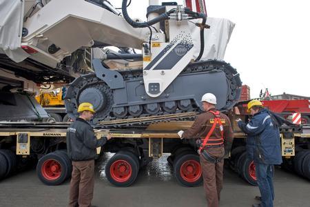 Das Absetzen des Schwerstexponats auf der Ladefläche des LKWs ist Maßarbeit (Quelle: Messe München)
